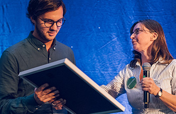 Joel Lantz tar emot beviset på utmärkelsen Årets exjobb 2017 av Lena Prinselaar. Foto: Tim Kristensson.