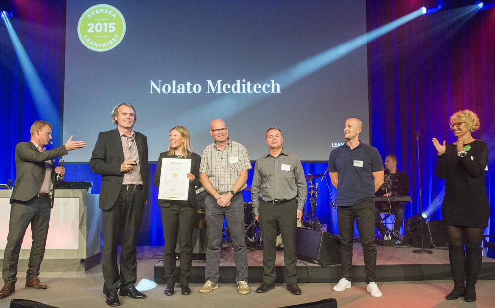 Fem glada pristagare från Nolato Meditech, fr v Johan Iveberg, Anna Celsing, Lennart Danielsen, Patrik Tranehiem, Kamil Bobrowski.